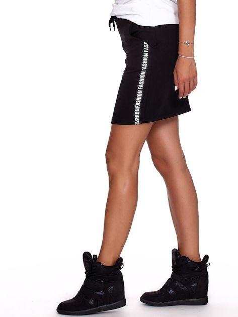 Czarna spódnica z tekstowymi lampasami                              zdj.                              5