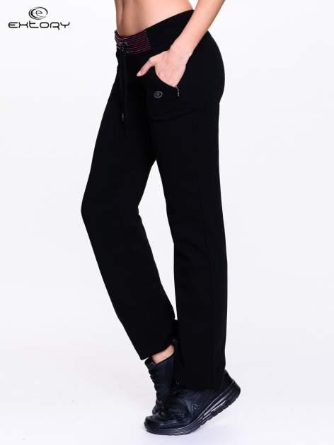Czarna spodnie dresowe z czerwoną wstawką                                  zdj.                                  3