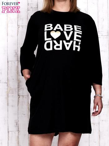 Czarna sukienka dresowa z napisem BABE PLUS SIZE                                  zdj.                                  1