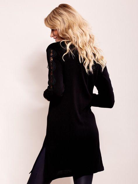 Czarna sukienka dzianinowa z koronką na rękawach                              zdj.                              5