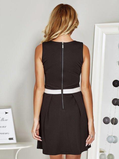 Czarna sukienka koktajlowa ze skórzaną wstawką                              zdj.                              2