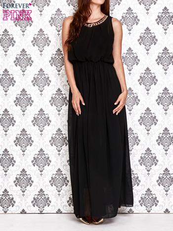 Czarna sukienka maxi z łańcuchem przy dekolcie