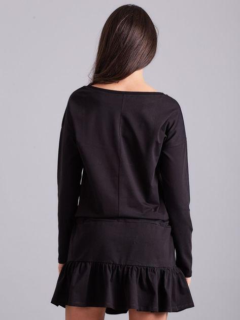 Czarna sukienka oversize z falbaną                              zdj.                              2