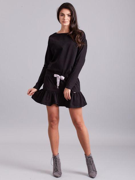 Czarna sukienka oversize z falbaną                              zdj.                              4