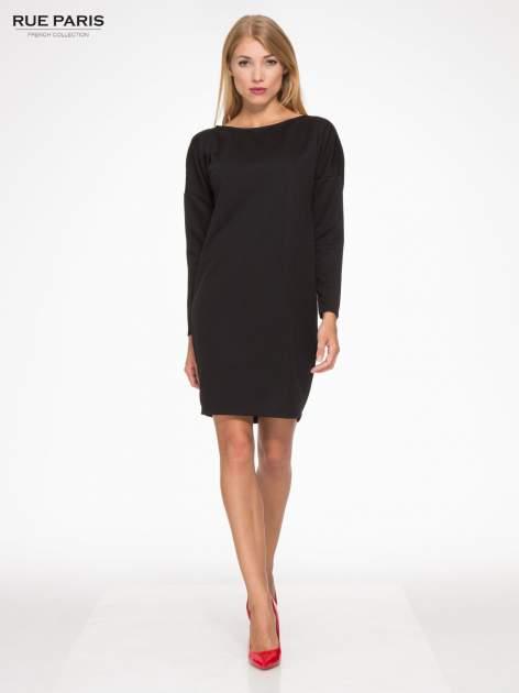 Czarna sukienka oversize z obniżoną linią ramion                                  zdj.                                  2