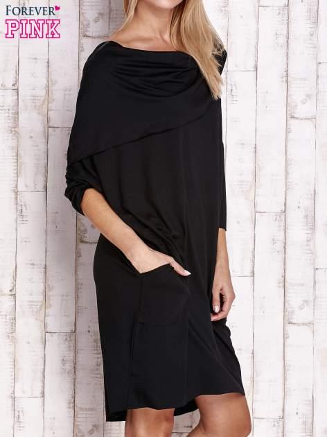 Czarna sukienka oversize z wywijanym kołnierzem                                  zdj.                                  3