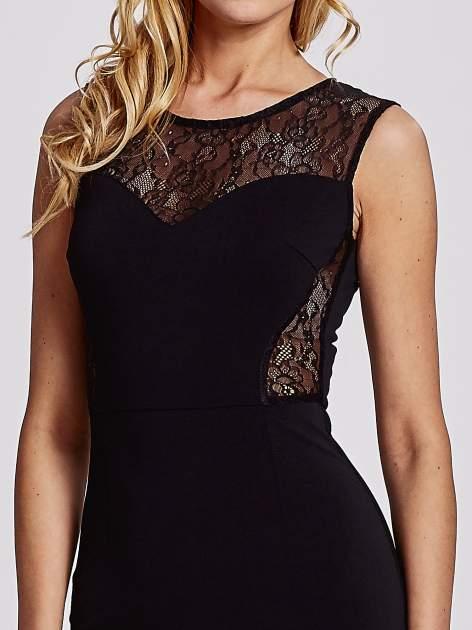 Czarna sukienka tuba z koronkowymi wstawkami                                  zdj.                                  5