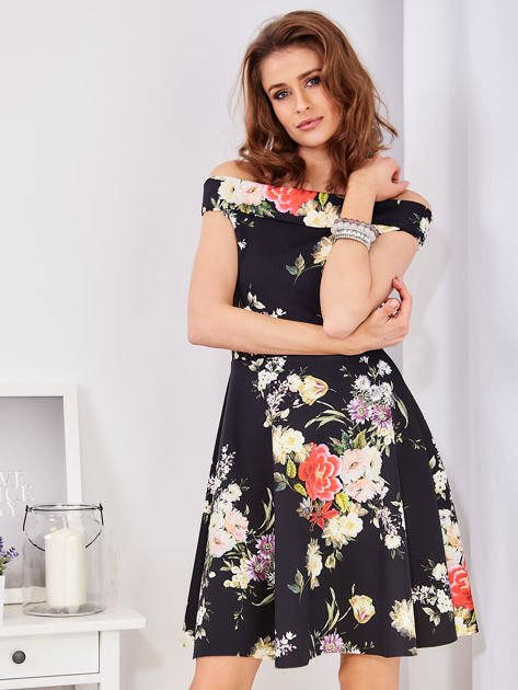 Czarna sukienka w bogate kwiatowe wzory                              zdj.                              1