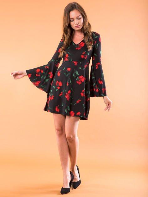 Czarna sukienka w kwiaty z szerokimi rękawami                              zdj.                              4