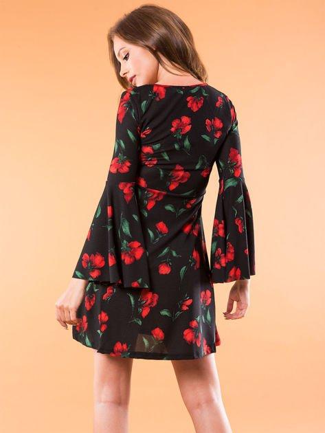 Czarna sukienka w kwiaty z szerokimi rękawami                              zdj.                              2