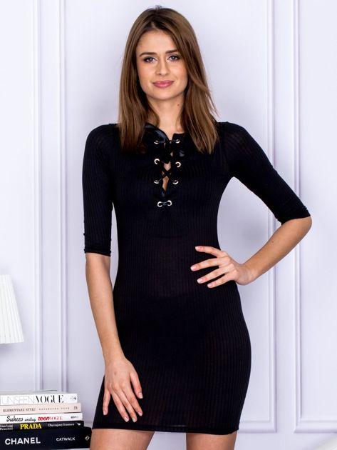 Czarna sukienka w prążek z dekoltem lace up                                  zdj.                                  1