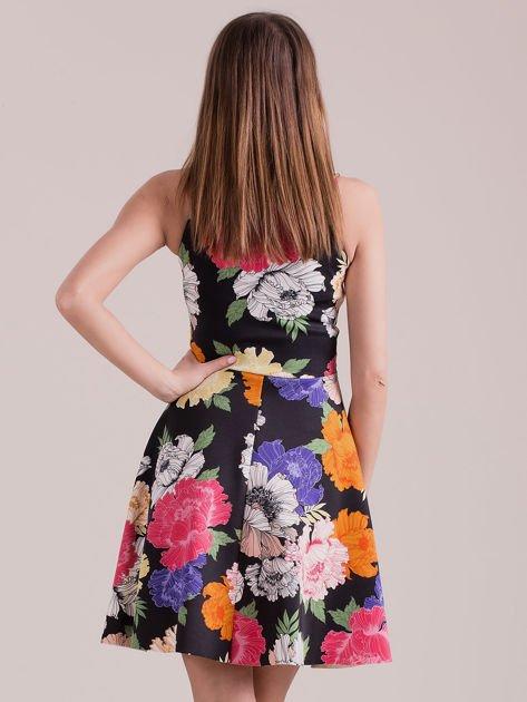 Czarna sukienka we wzór kolorowych kwiatów                              zdj.                              2