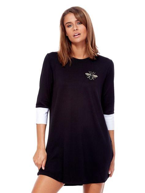 Czarna sukienka z biżuteryjną naszywką i koszulowymi mankietami                              zdj.                              1