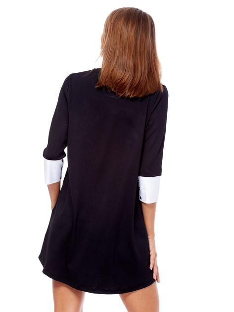 Czarna sukienka z biżuteryjną naszywką i koszulowymi mankietami                              zdj.                              2