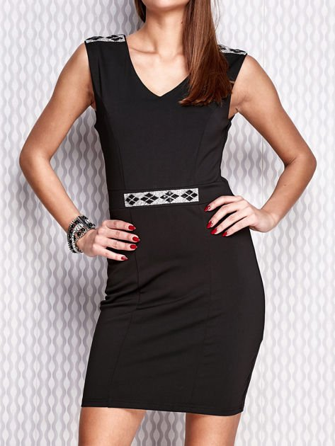 Czarna sukienka z biżuteryjnymi aplikacjami                                  zdj.                                  1