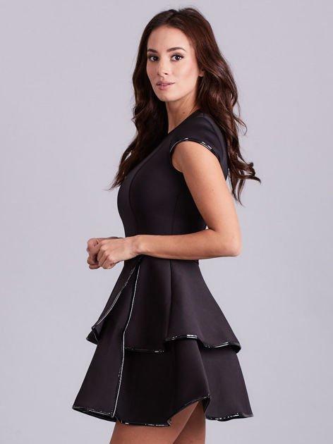 Czarna sukienka z błyszczącym wykończeniem                              zdj.                              4