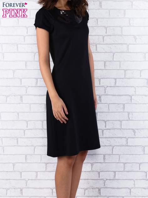 Czarna sukienka z cekinowym wykończeniem przy dekolcie                                  zdj.                                  2