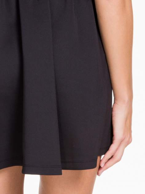 Czarna sukienka z dekoltem cut out i złotym zipem                                  zdj.                                  7