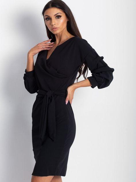 Czarna sukienka z drapowanymi rękawami                              zdj.                              1
