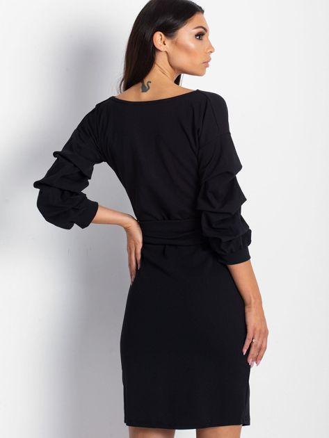 Czarna sukienka z drapowanymi rękawami                              zdj.                              2