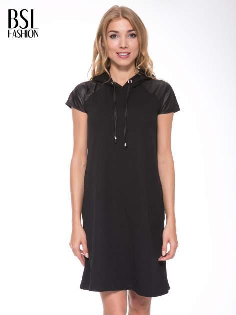 Czarna sukienka z kapturem z wstawkami ze skóry                                  zdj.                                  1