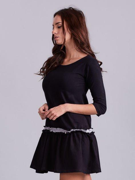 Czarna sukienka z kontrastową falbanką                              zdj.                              3