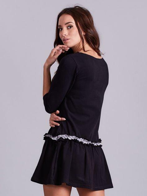 Czarna sukienka z kontrastową falbanką                              zdj.                              2