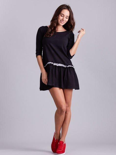 Czarna sukienka z kontrastową falbanką                              zdj.                              4