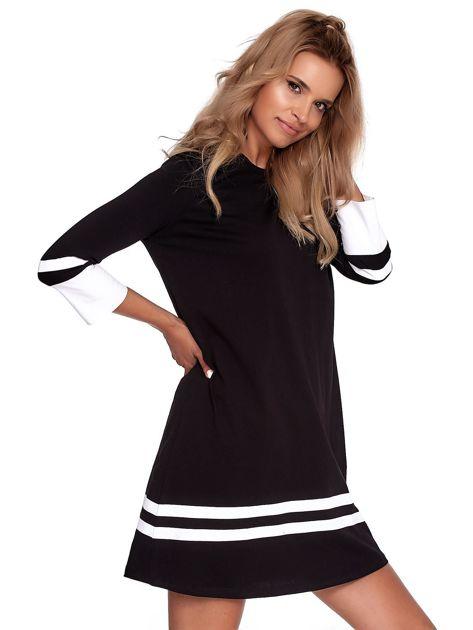 Czarna sukienka z kontrastowymi wstawkami                              zdj.                              3