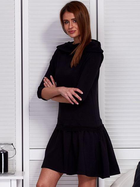 Czarna sukienka z szerokim kołnierzem i koronkową wstawką                              zdj.                              3