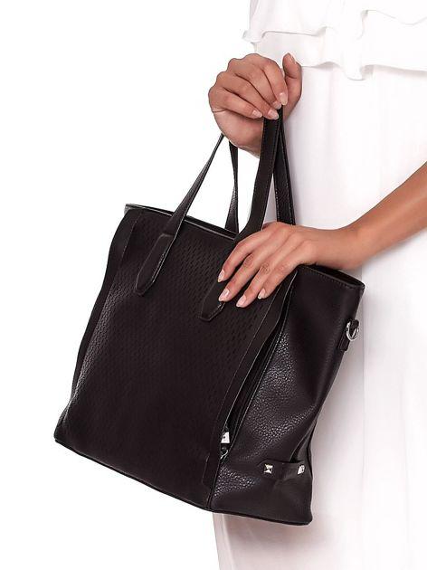 Czarna torba shopper z ażurowaniem i odpinanym paskiem                              zdj.                              3