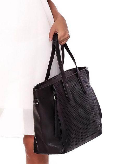Czarna torba shopper z ażurowaniem i odpinanym paskiem                              zdj.                              4