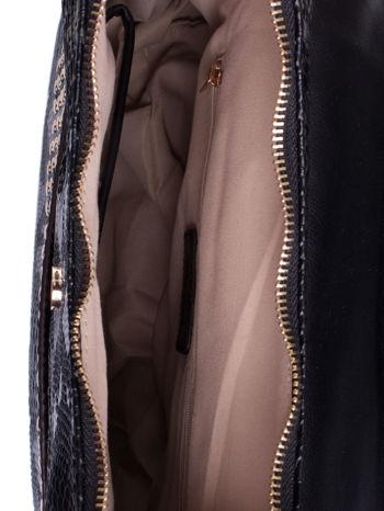 Czarna torba z zawieszką z motywem skóry węża                                  zdj.                                  4