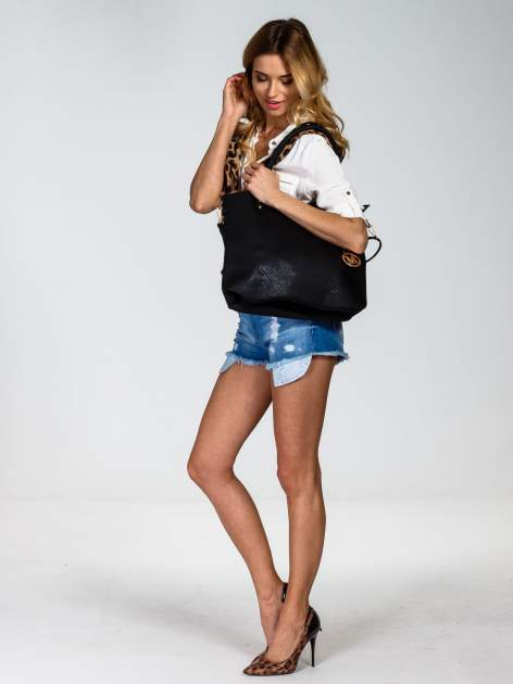 Czarna torebka fakturowana w pasy                                   zdj.                                  6