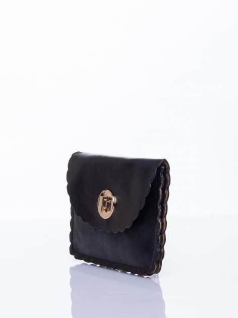 Czarna torebka listonoszka z falowanym wykończeniem                                  zdj.                                  3