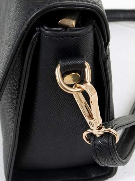 Czarna torebka listonoszka z klapką ze skóry saffiano                                  zdj.                                  7