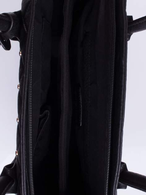 Czarna torebka z pikowaniem i dżetami                                  zdj.                                  4