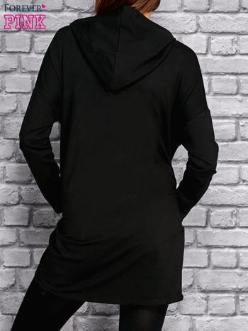 Czarna tunika z kapturem i złotym nadrukiem                                  zdj.                                  2