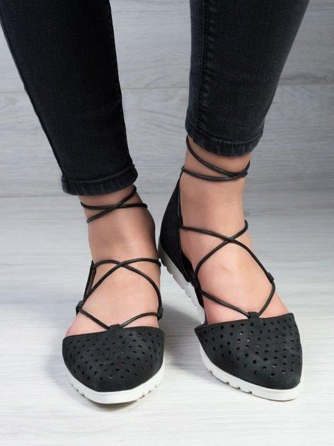 Czarne ażurowe sandały wiązane wokół kostki                                   zdj.                                  1