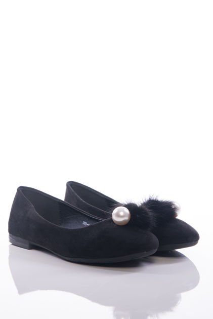 Czarne baleriny z ozdobnym puszkiem i perłą na przodzie cholewki                              zdj.                              2
