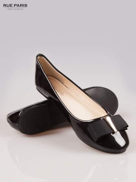 Czarne błyszczące balerinki faux leather Melanie z kokardką                                  zdj.                                  4