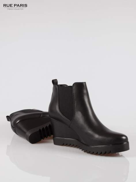 Czarne botki na koturnie z elastyczną wstawką                                  zdj.                                  4