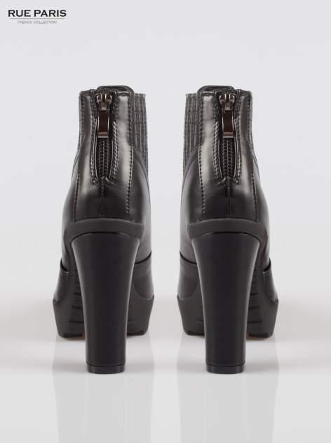 Czarne botki na słupku z elastyczną wstawką z motywem zwierzęcym                                  zdj.                                  3