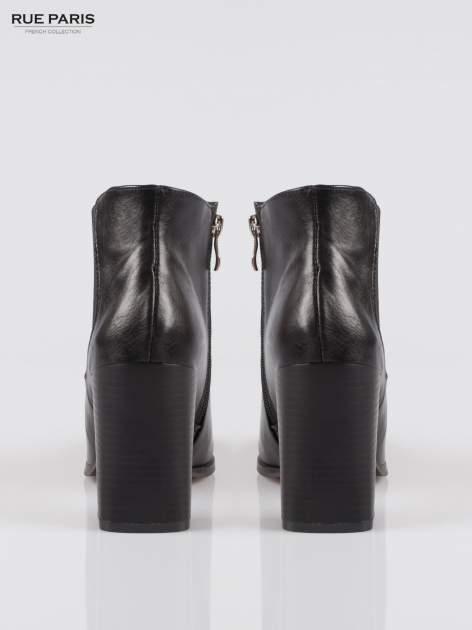 Czarne botki na słupku ze wstawką z elastycznej gumy                                  zdj.                                  3