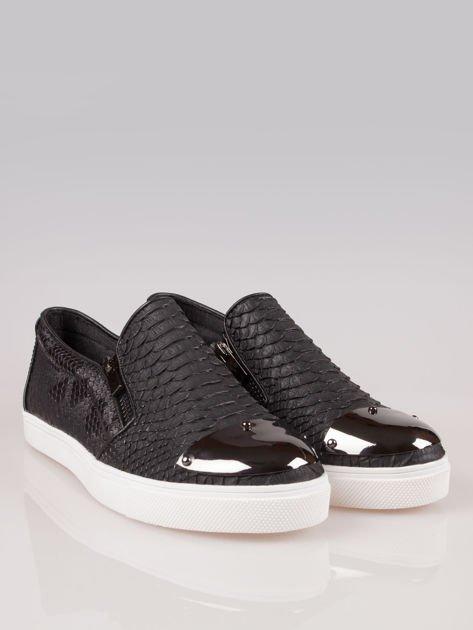 Czarne buty slip on Mia z efektem skóry krokodyla i srebrnym czubkiem                                  zdj.                                  2