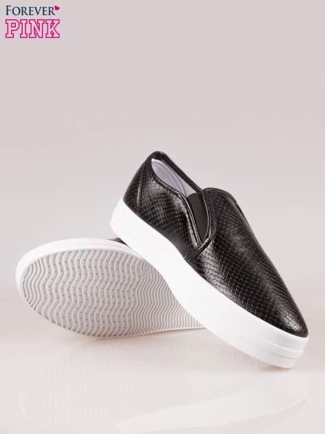 Czarne buty slip on z efektem skóry krokodyla na grubej podeszwie                                  zdj.                                  4