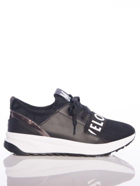 Czarne buty sportowe Rue Paris z ażurowymi wstawkami na przodzie i napisami                              zdj.                              2