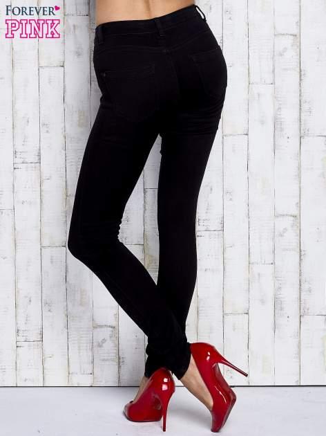 Czarne dopasowane spodnie jeansowe                                  zdj.                                  3