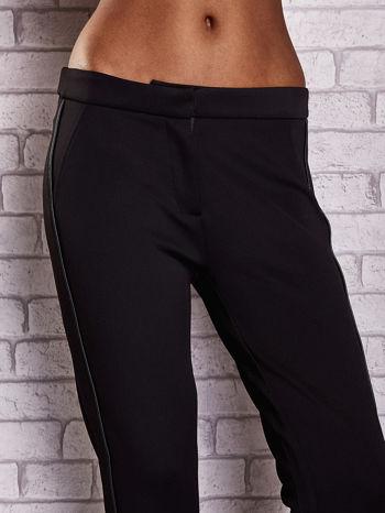 Czarne dopasowane spodnie ze skórzanym prążkiem                                  zdj.                                  4