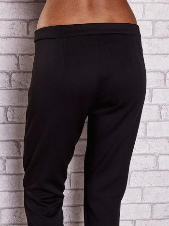 Czarne dopasowane spodnie ze skórzanym prążkiem                                  zdj.                                  6